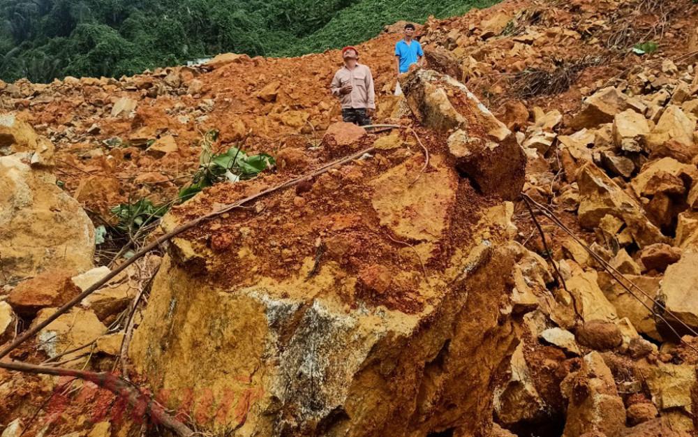 Để tìm 13 người gặp nạn tại vị trí này là rất khó khăn, do đất đá chôn vùi từng đoạn đường