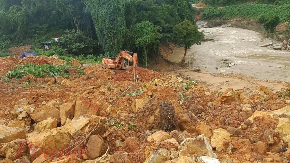 Một số xe mú đang còn ở thủy điện Rào Trăng 3 nhanh chóng bóc dỡ các lớp đất  trên bề mặt để tìm các nạn nhân mất tích