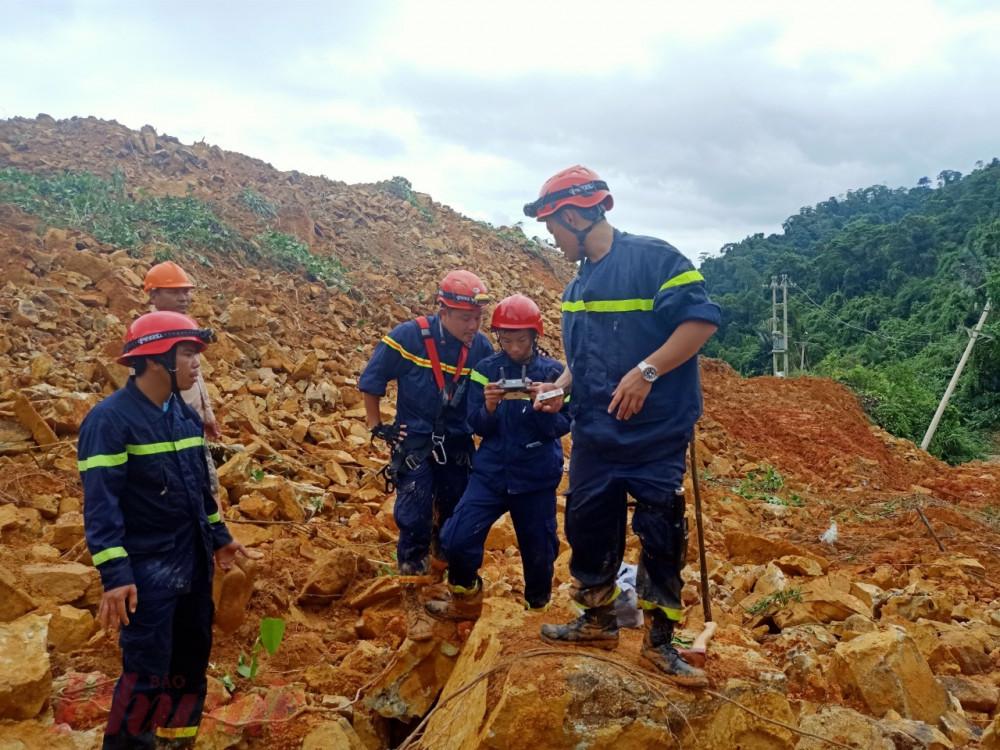 Lực lượng cứu hộ đã dùng Flycam để tìm kiếm không phát hiện người bị nạn trên mặt đất và các khu vực lân cận rhủy điện Rào Trăng 3