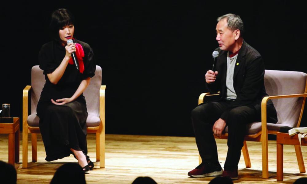 Kawakami xuất hiện trên sân khấu một chương trình giao lưu cạnh Haruki Murakami tại Tokyo, năm 2019 - Ảnh: AP