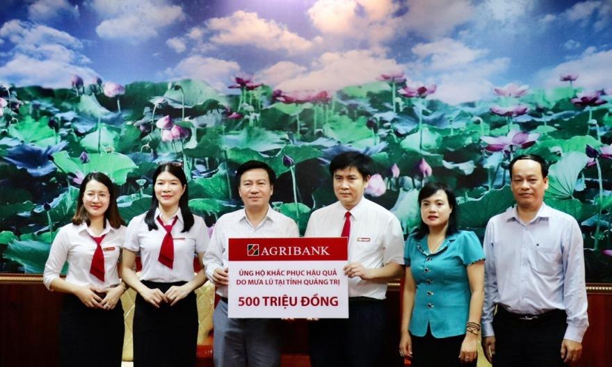 Đại diện Agribank Quảng Trị trao số tiền ủng hộ đồng bào bị ảnh hưởng lũ lụt tại tỉnh Quảng Trị. Ảnh: Agribank