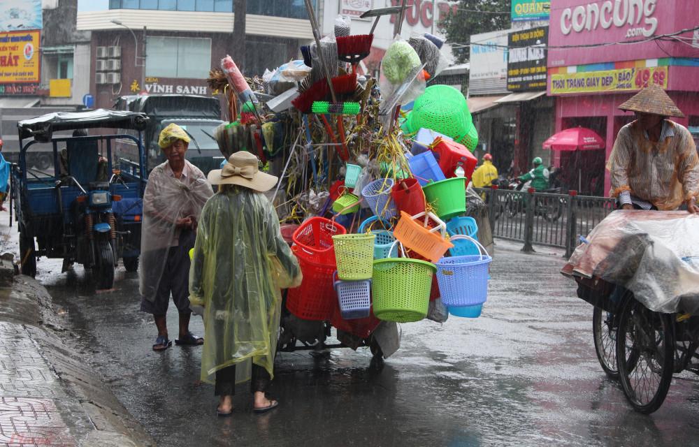 Mỗi ngày, vợ chồng ông Nguyễn Tu Hà (80 tuổi, ngụ quận 11, TP.HCM) đều đẩy chiếc xe treo lủng lẳng các vật dụng, đồ chơi bằng nhựa qua nhiều tuyến đường ở khu vực quận 11, 10, 5 để bán.