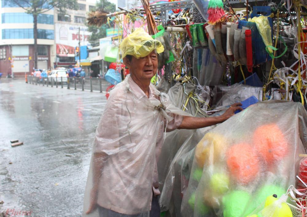 10h hàng ngày, vợ chồng ông Hà lại đẩy xe đi bán. Họ rong ruổi trên nhiều tuyến đường, tổng cộng quãng đường phải hơn 20km. Chiếc xe chất đầy vật dụng bằng nhựa như: chổi, rổ, thùng rác... và đồ chơi trẻ em.