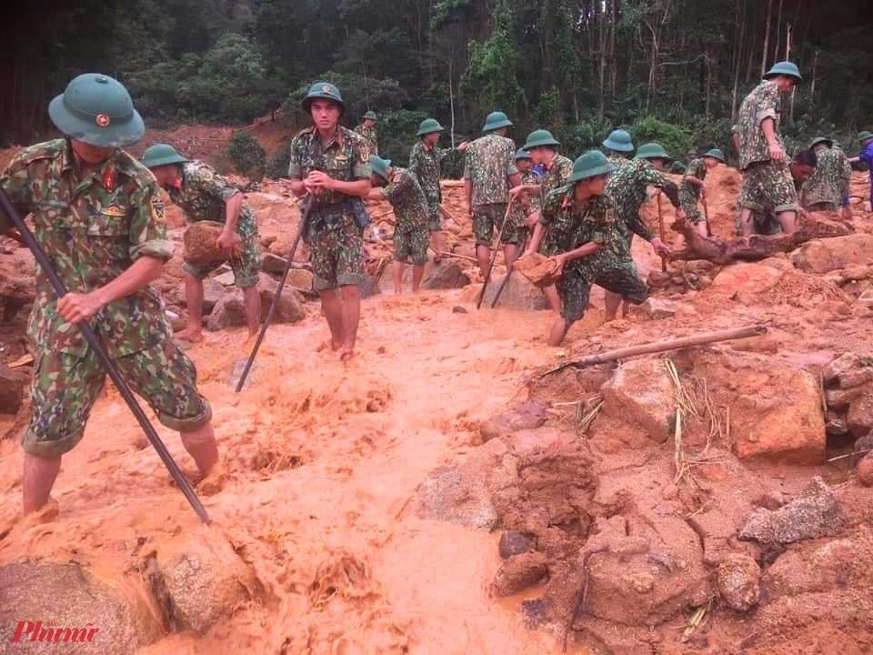 Bộ đôi công binh tiếp tục dọn đất đá, để các phương tiện cơ  giới có thể vào  tham gai công tác cứu nạn