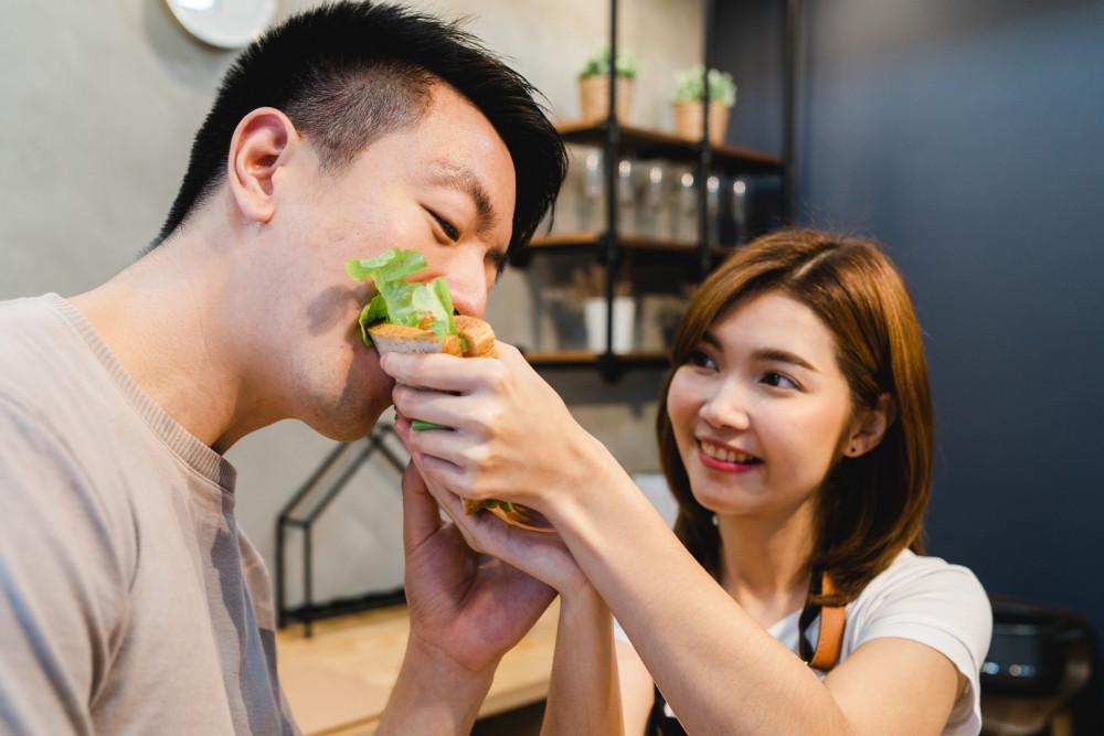 Nhiều người vợ chấp nhận làm nội trợ để chăm sóc chồng con - Ảnh mang tính minh họa: Shutterstock