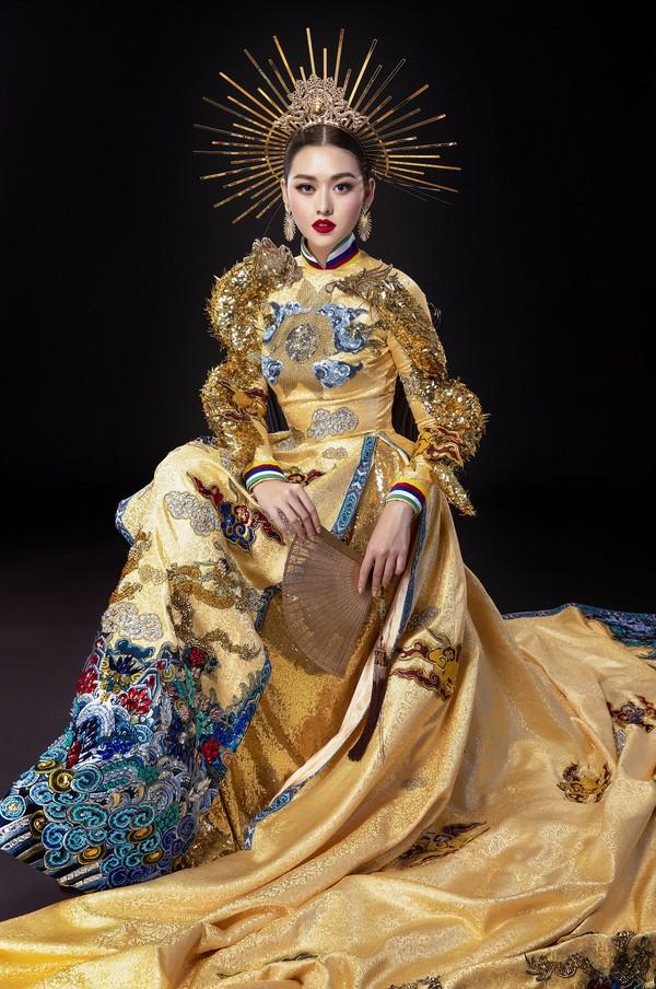 Bộ áo dài cách tân của Tường San tại Hoa hậu Quốc tế 2019