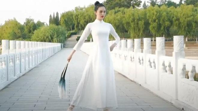 Jie Ding diện trang phục giống hệt áo dài trong phần thi tài năng