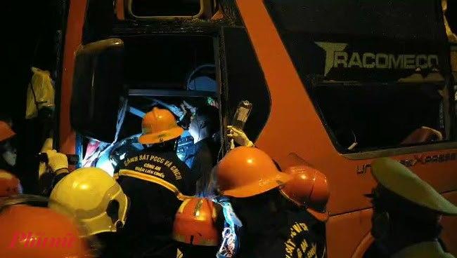 Cứu hộ đưa hành khách bị thương trên xe khách đi cấp cứu