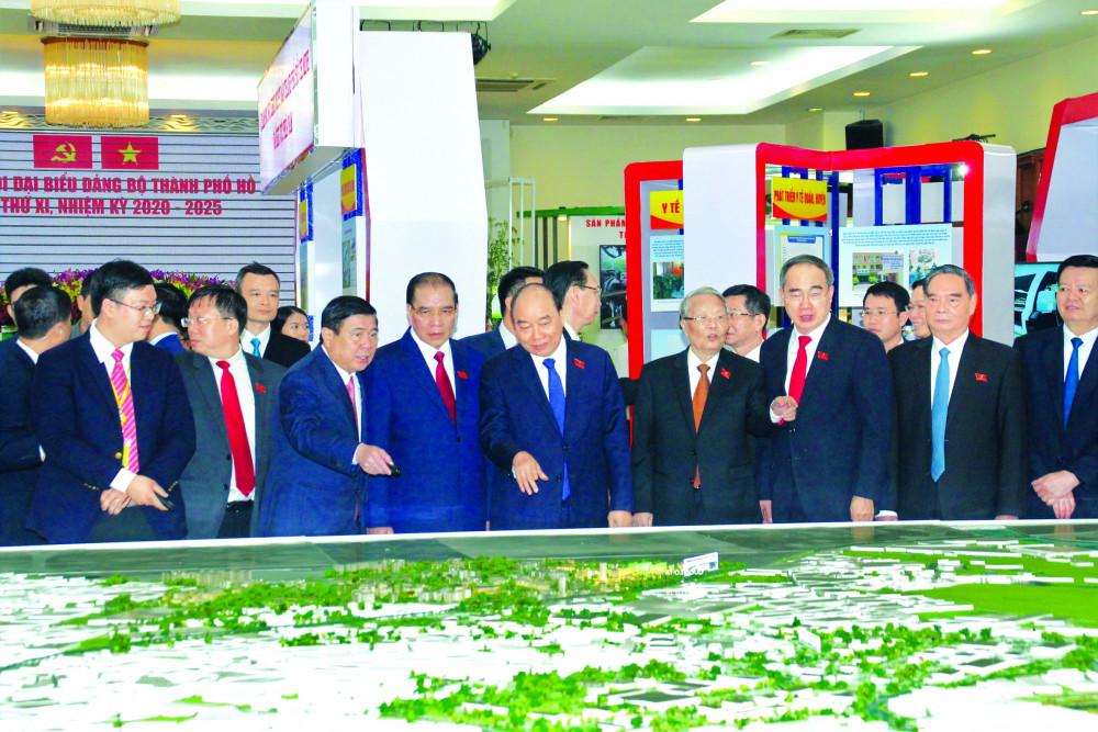 Thủ tướng Nguyễn Xuân Phúc trao đổi với lãnh đạo TP.HCM cùng một số đại biểu dự đại hội khi xem sa bàn ý tưởng quy hoạch đô thị sáng tạo phía đông TP.HCM ẢNH: BAN TỔ CHỨC ĐẠI HỘI CUNG CẤP