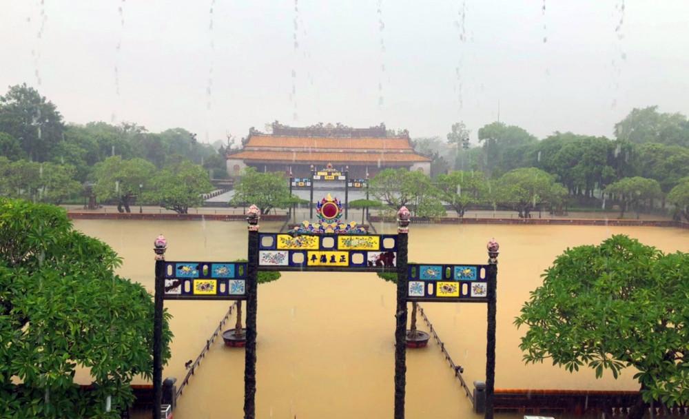 Lối dẫn vào điện Thái Hòa mênh mông trong nước lũ