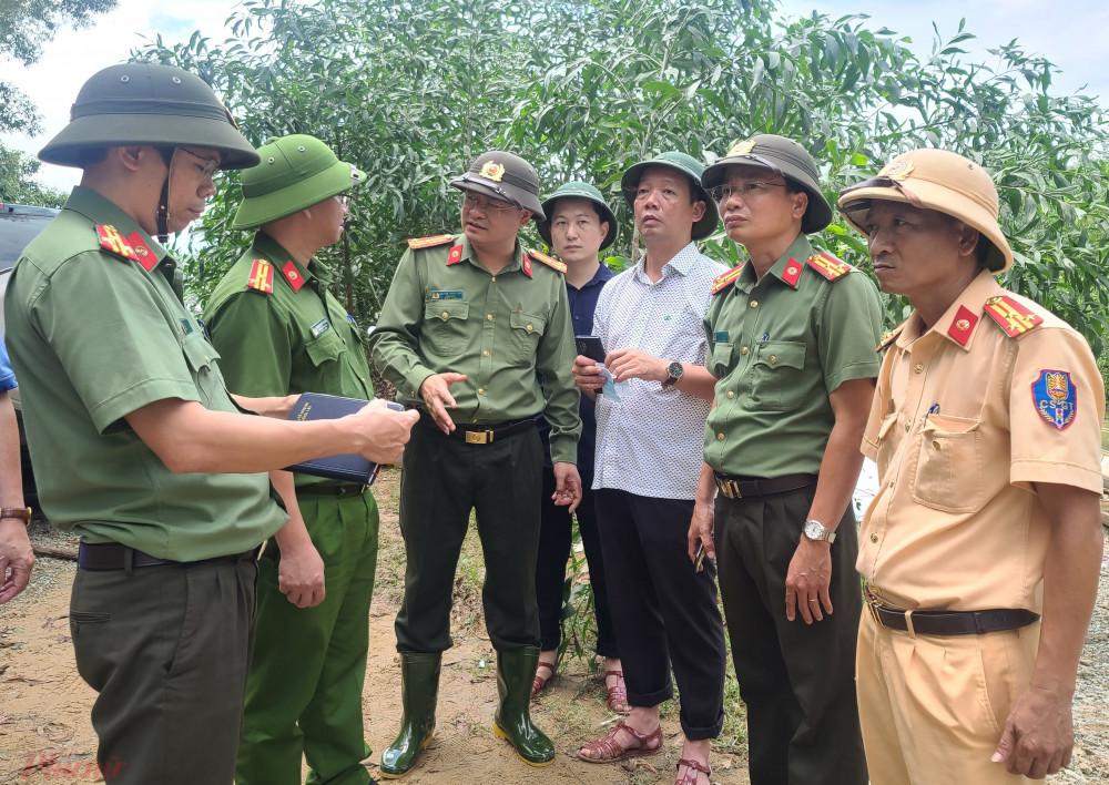 Đoàn cứu  nạn hướng bờ sông do ông Phan Thiên Đinh (áo trắng) dẫn đầu