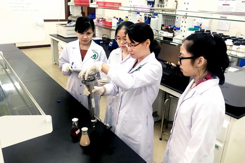 Các nhà khoa học trẻ Việt Nam hiện đang trên đà hội nhập trong nghiên cứu và công bố tầm quốc tế. Trong ảnh: tiến sĩ Lê Ngọc Liễu  (thứ ba từ phải sang), giảng viên Trường đại học Quốc tế - Đại học Quốc gia TP.HCM - một trong mười gương mặt được trao giải thưởng Khoa học công nghệ thanh niên Quả cầu vàng năm 2019 của Bộ Giáo dục và Nghiên cứu Đức - Ảnh: nhân vật cung cấp
