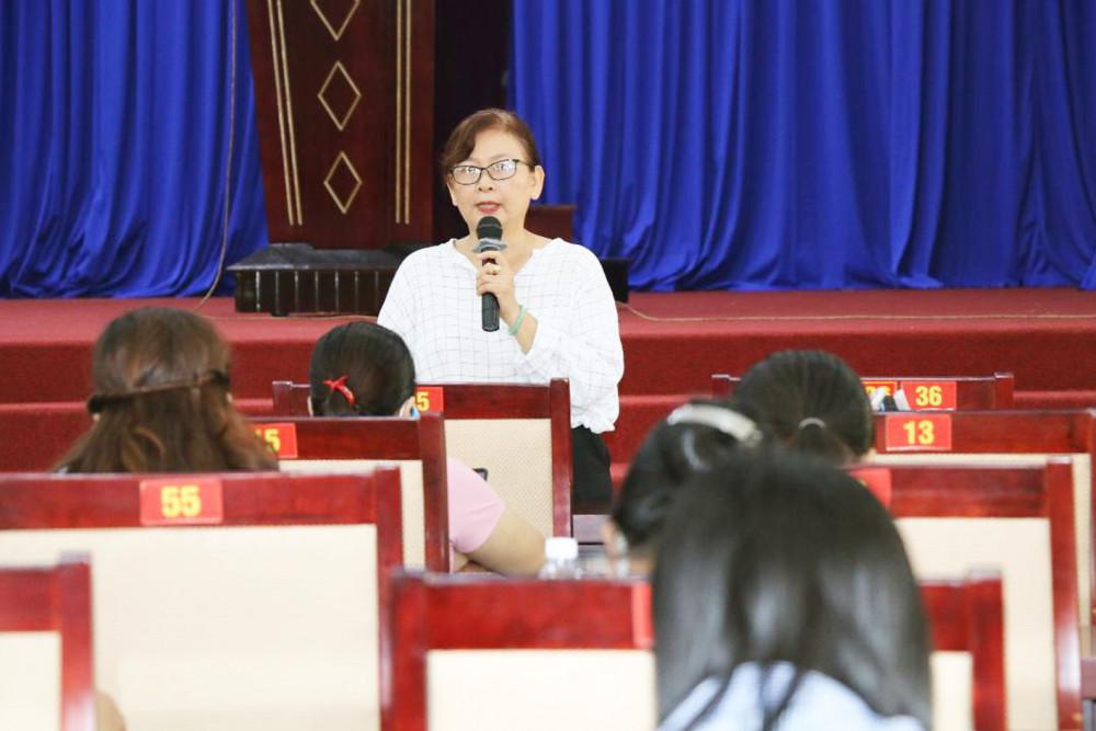 Chị Lê Thị Phương Hồ trò chuyện với hội viên