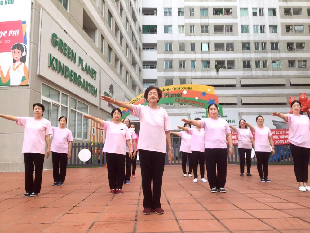 Cô Trần Thị Loan đang hướng dẫn các học viên trong lớp dưỡng sinh