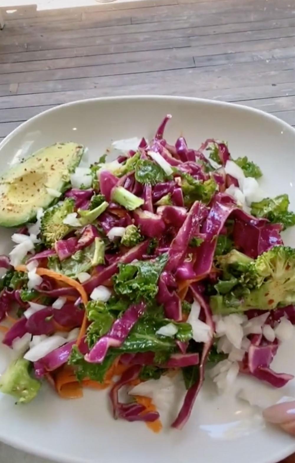 Món salad nhiều màu sắc của Lizzo