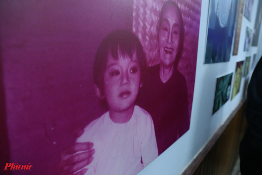 NSND Bảy Nam và cháu ngoại (con NSND Kim Cương) trong một cảnh của vở Lá sầu riêng