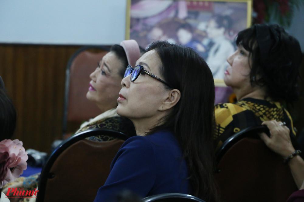 NSND Kim Xuân chăm chú lắng nghe những câu chuyện về NSND Bảy Nam