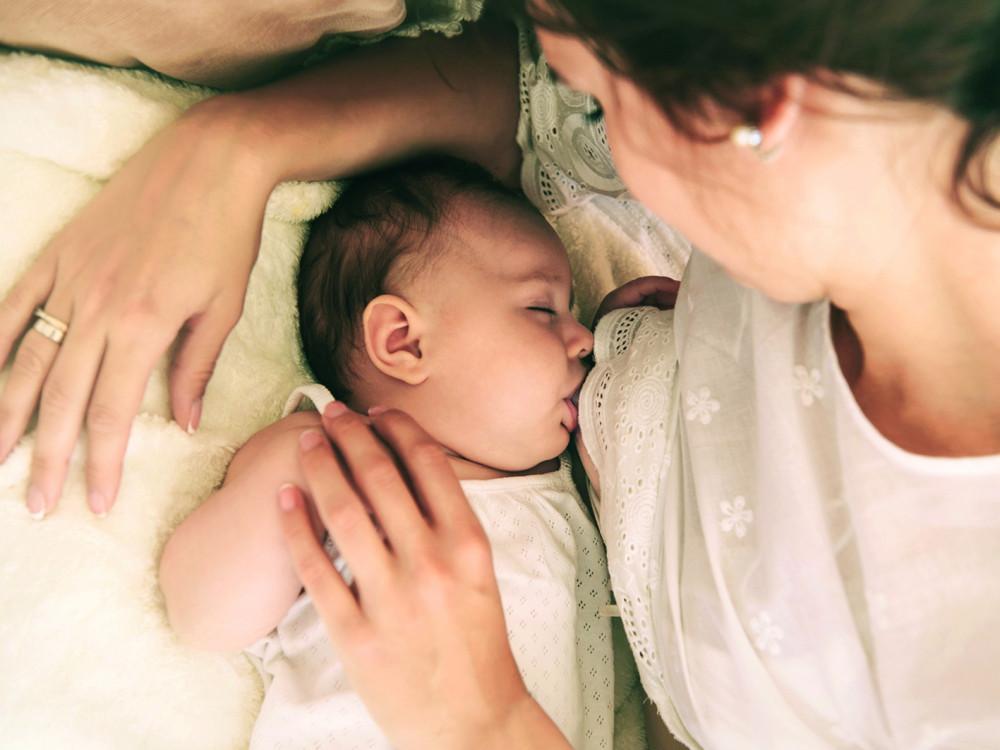 Trẻ bú mẹ có sự phát triển tốt về tình cảm, tâm sinh lý. Những cái nhìn, tay ôm của bé khi sờ vào da thịt, bầu vú của mẹ mang đến cảm giác ấm áp và được yêu thương mà trẻ bú bình không có được