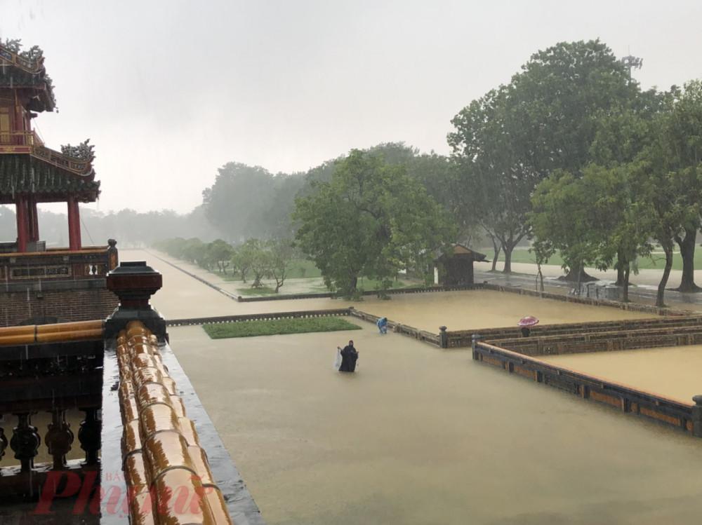 Phía trước cổng Ngọ Môn nước lũ ngập sâu gần 1m.
