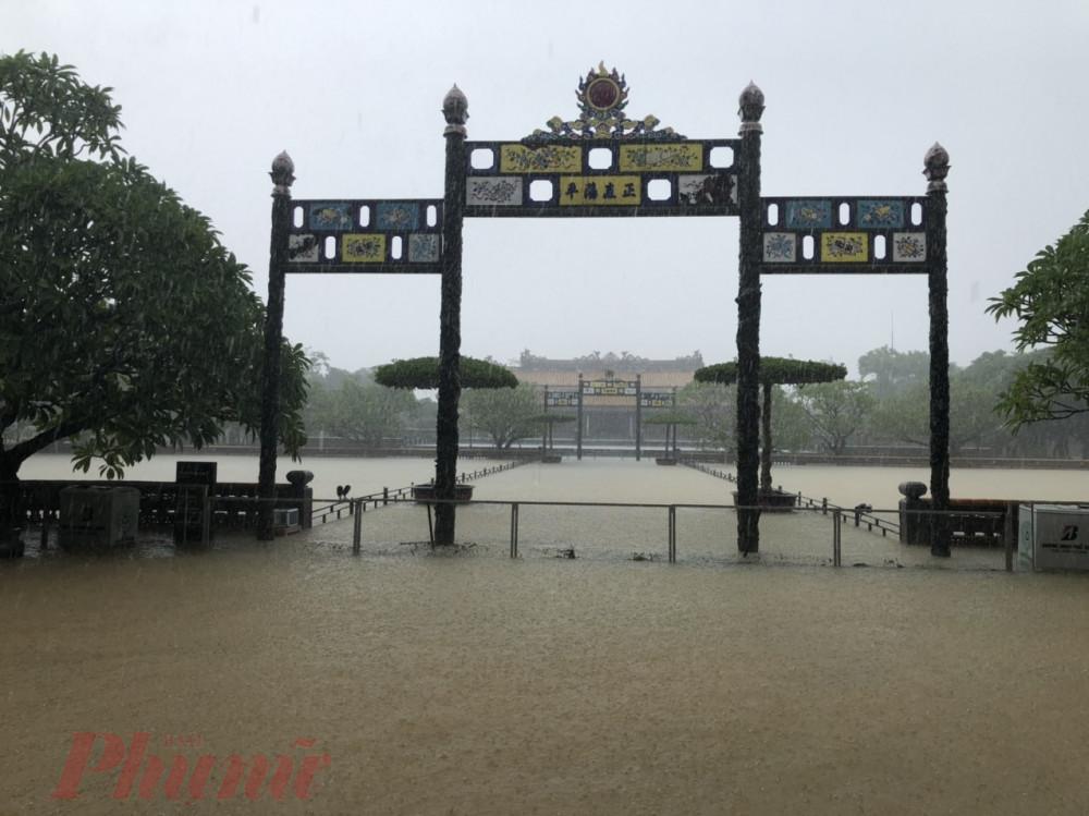 """Lối dẫn vào điện Thái Hòa - nơi đăng quang của 13 vua triều Nguyễn từ Gia Long đến Bảo Đại, được coi là trung tâm của đất nước – cũng đang bị """"bao vây"""" bởi nước."""