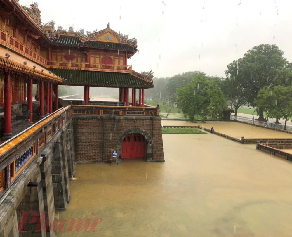 Nước lũ dâng cao ở khu vực trước cổng Ngọ Môn