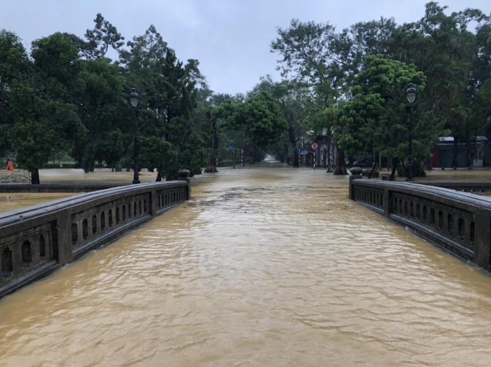 Nước lũ dâng cao ở khu vực cửa Hiển Nhơn - một trong bốn cổng thành dẫn vào khu Đại Nội Huế.