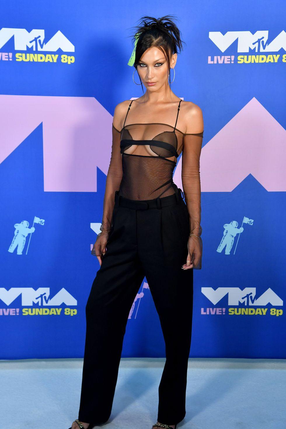 Tháng 8/2020, Bella gây sốc với diện mạo nóng bỏng khi diện chiếc áo ren xuyên thấu ''mặc như không''. tại lễ trao giải MTV.