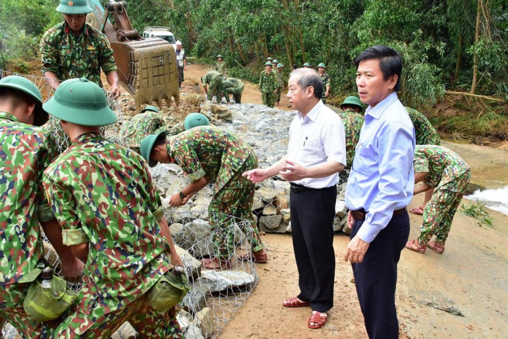 Trong lúc đó ông Phan Ngọc  Thọ - chủ tịch UBND tỉnh đang trực tiếp chỉ đạo khắc  các điểm sạt lở trên đường 71 để đưa phương tiện cơ  giới vào hiện trường