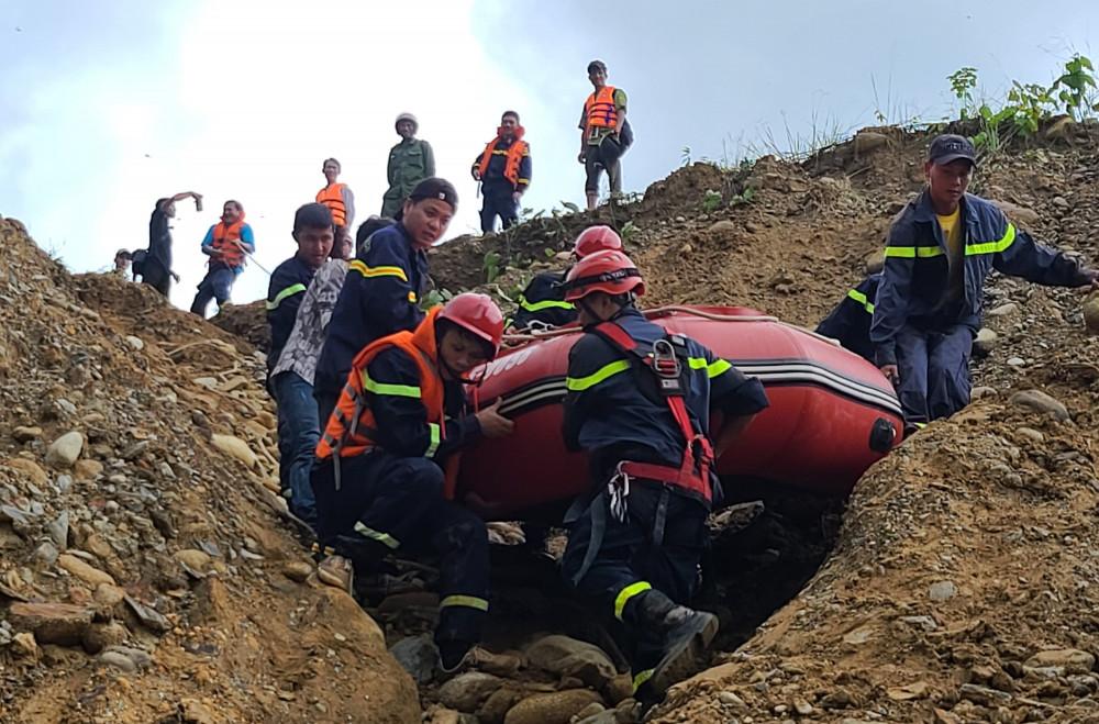 Đoàn cứu hộ đưa xuồng cao vào khu vực thủy điện Rào Trăng 4 để tìm đường lên Rào Trăng 3