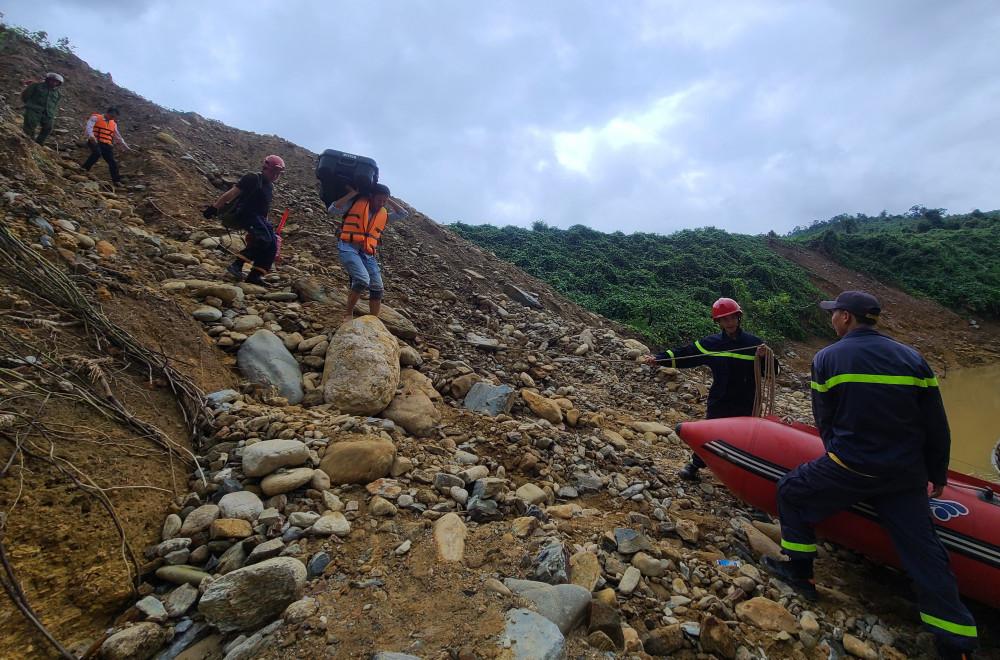 Đến 14 giờ chiều nay, lực lượng cứu hộ vừa tìm thấy 1 công nhân bị vùi lấp tại khu vực Thủy điện Rào Trăng 3