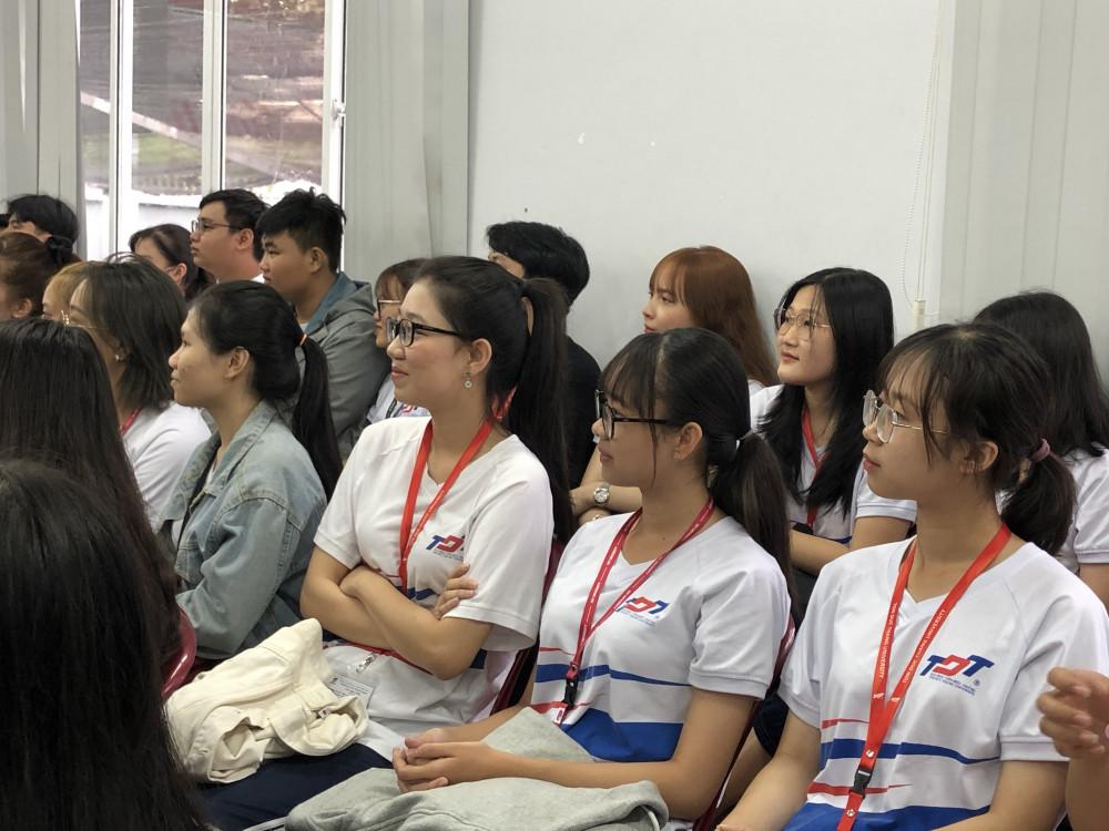 Buổi toạ đàm Màu tình yêu được các sinh viên bày tỏ sự hứng thú, quan tâm. Ảnh: Thanh Huyền.