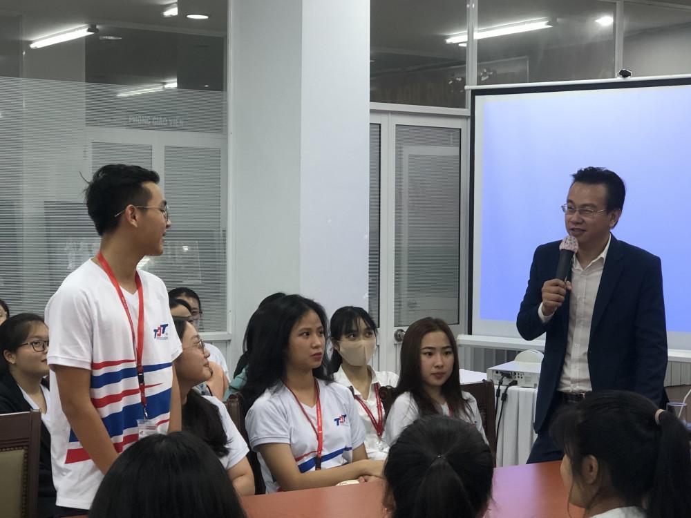 Các sinh viên bày tỏ quan điểm rất chín chắn và cởi mở về tình yêu. Ảnh: Thanh Huyền.
