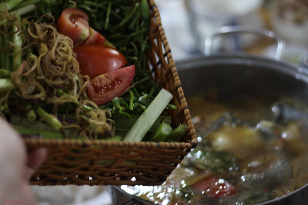 Trong phần rau ăn kèm có sự hiện diện của 3 loại rau đặc trưng vùng đất chín rồng là kèo nèo, rau đắng và cọng súng.