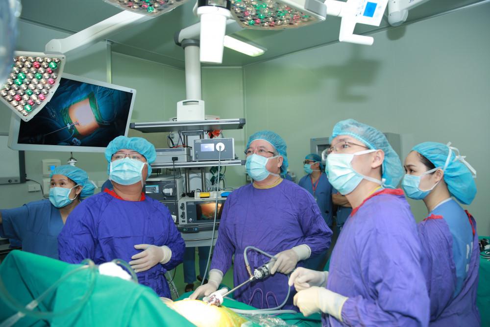 Các bác sĩ phẫu thuật thu hẹp dạ dày cho bệnh nhân nặng 95 kg