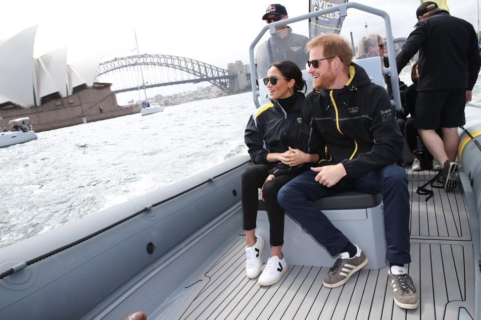 Meghan Markle, huấn luyện viên thể thao Veja, cùng Hoàng tử Harry ở Sydney năm 2018. Ảnh: Getty Images