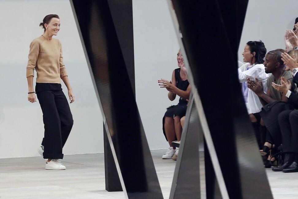 Nhà thiết kế thời trang người Anh Phoebe Philo cảm ơn khán giả khi kết thúc bộ sưu tập ready-to-wear Celine xuân hè 2015, tại Paris, tháng 9 năm 2014. Ảnh: AFP