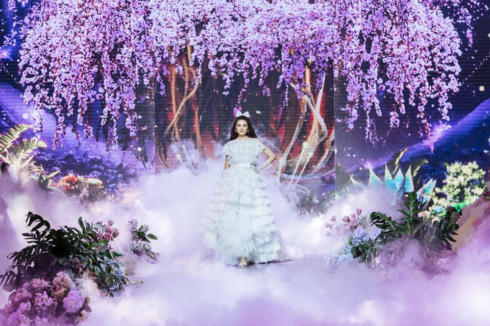 """Không hổ danh là """"chị đại"""" của làng thời trang Việt, Thanh Hằng đã có màn trình diễn thăng hoa trong show diễn thời trang The Princess mang đậm màu sắc cổ tích của NTK trẻ Nguyễn Minh Công."""