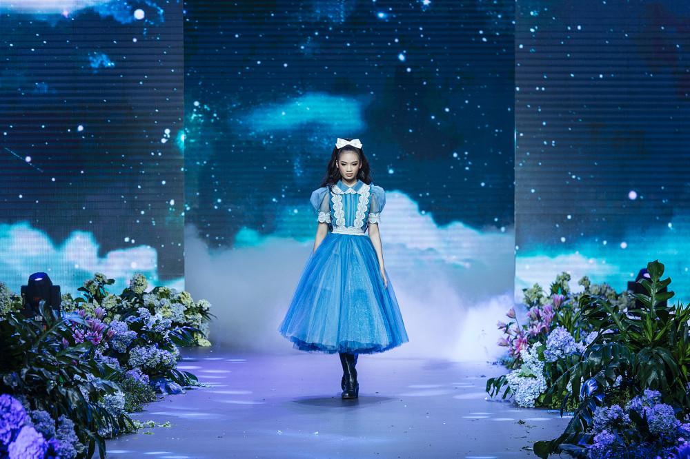 The Princess gồm 3 bộ sưu tập Ready to wear, Haute couture và Wedding dress với điểm nhấn sân khấu phủ đầy hoa tươi giúp cho người xem như lạc vào một thế giới thời trang đầy sắc màu và bay bổng như những câu chuyện cổ tích thực thụ của Andersen.