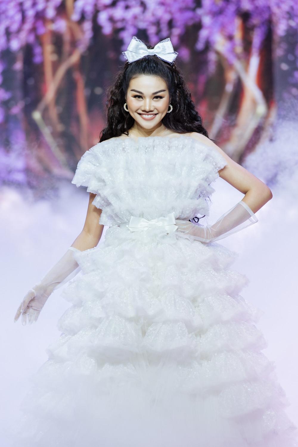 Trái ngược với phong cách cá tính và mạnh mẽ thường thấy, Thanh Hằng bất ngờ hóa thành nàng công chúa kiêu kỳ, trong bộ cánh xếp tầng có cấu trúc độc đáo.