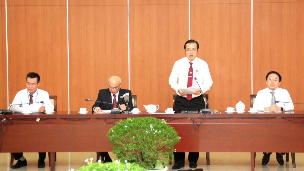 Ông Lê Văn Minh (đứng) thông tin về chương trình làm việc ngày 16/10 - ngày làm việc thứ hai của đại hội