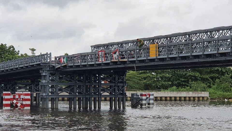 Nhịp giữa cầu bị sụt xuống khoảng 0,5m