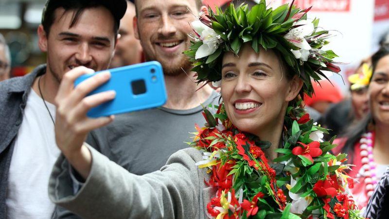 Phong cách trẻ trung, năng động và thân thiện của bà Jacinda Ardern đã chiếm được cảm tình của mọi người - Ảnh: Reuters