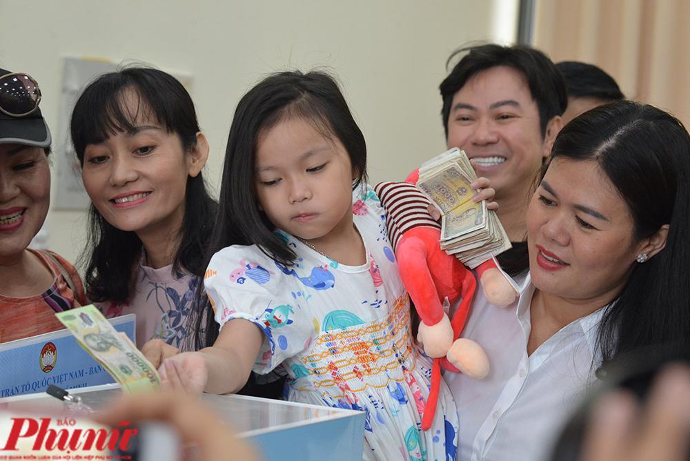 Con gái Đậu Đậu của diễn viên Hạnh Thúy gom hết tiền tiết kiệm của 2 năm để giúp người dân bị bão lụt miền Trung