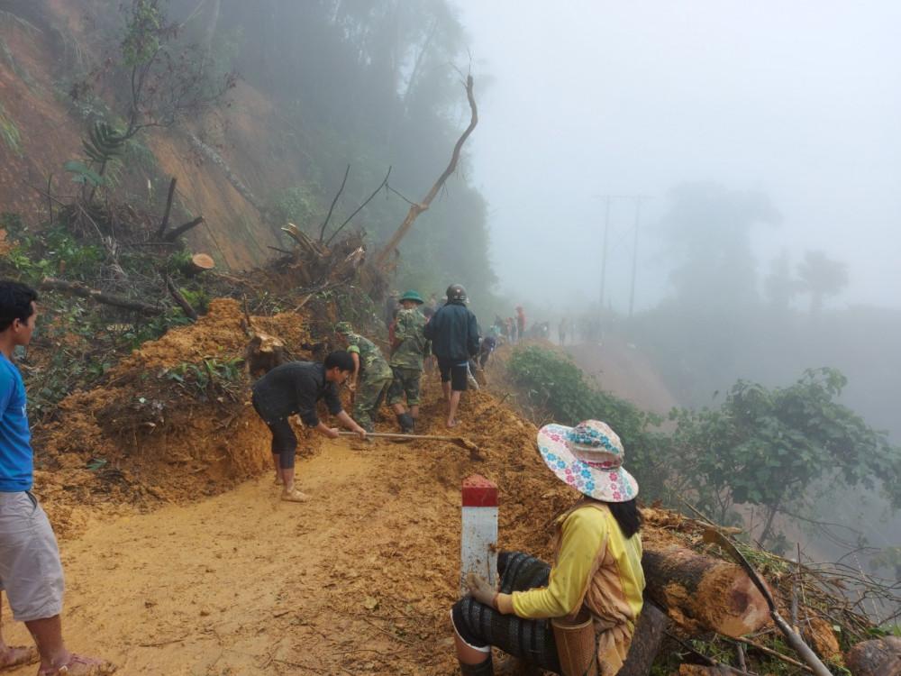 Mưa lớn nhiều ngày qua khiến một số tuyến đường huyện Hướng Hóa bị sạt lở nghiêm trọng. Ảnh: Vĩnh Phan