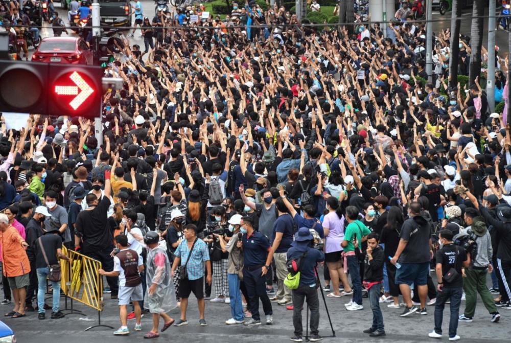 Hàng nghìn người bất chấp lệnh cấm tụ tập để tham dự cuộc biểu tình ủng hộ dân chủ ở Thái Lan