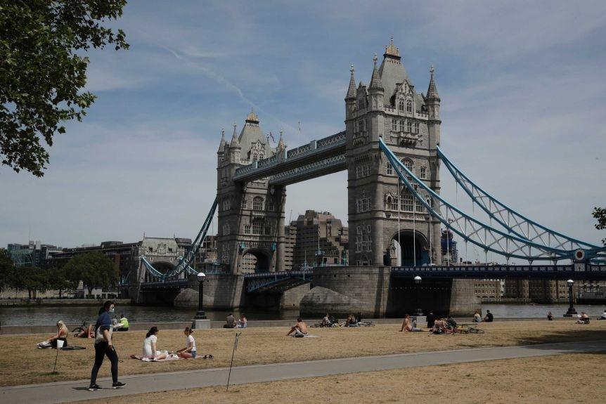 Nước Anh đang đề ra các biện pháp để đối phó với dịch bệnh đang có nguy cơ lan nhanh ở các thành phố lớn - Ảnh: Matt Dunham/AP