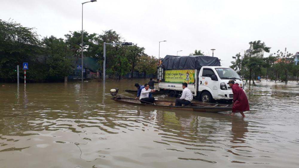 Nhiều đoàn cứu trợ buộc phải dừng lại vì nước lũ ở TP. Huế đang lên