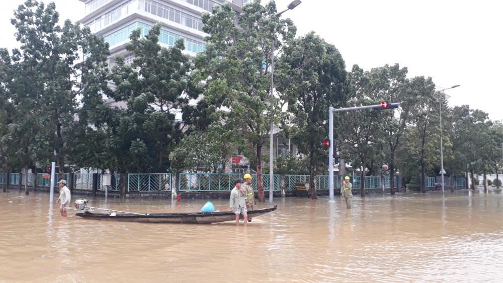 Trụ sở UBND TP. Huế ngập trong nước lũ