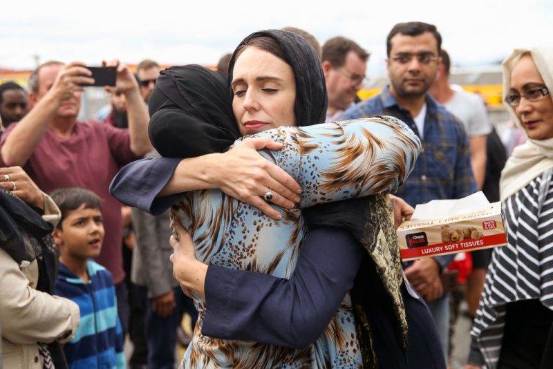 Thủ tướng Jacinda Ardern thăm hỏi động viên thân nhân những người bị thiệt mạng trong vụ khủng bố tháng 3/2019 - Ảnh: Hagen Hopkin/Getty Images