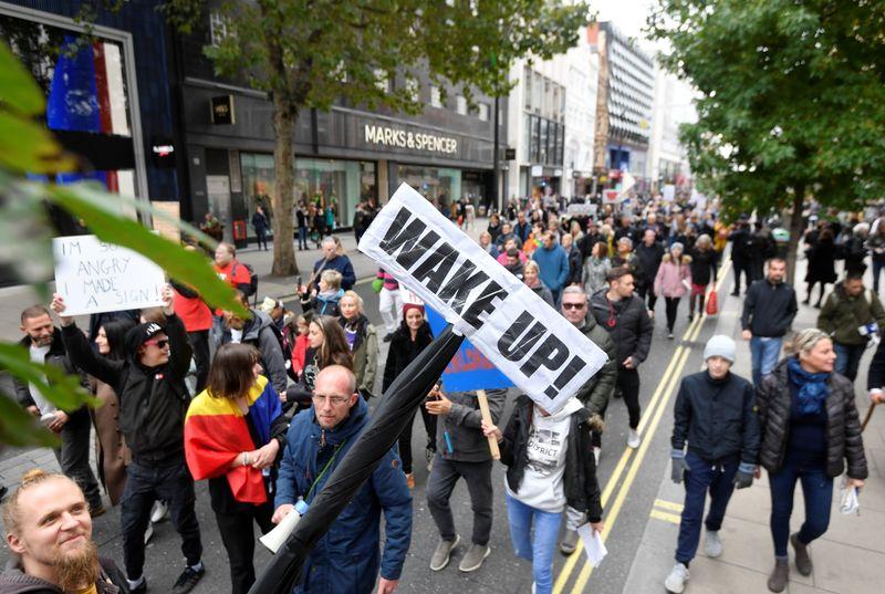 Hàng nghìn người biểu tình tại Anh phản đối các lệnh hạn chế mới.